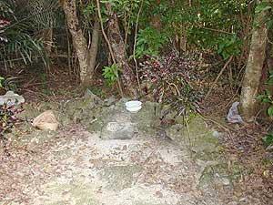 Каменный *алтарь* святилища УТАКИ простейшей формы (фото автора) // MMATIDA (*Mother Sun*) UTAKI, Kurima Island, Miyako Islands