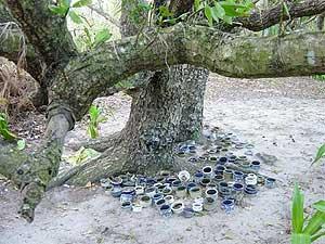 Святилище УТАКИ простейшей формы. Керамические чаши для курений приносят и оставляют участники обрядов (фото автора) // Futsumuto Utaki, Irabu Island, Miyako Islands