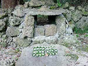 Подношение божеству УТАКИ. Святилище УДУН (по-японски Отоно – *священный дворец*) (фото автора) // UDUN (AAZU) UTAKI, Karimata, Miyako Island
